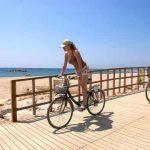 Ir con bicicleta por el paseo marítimo de Cambrils
