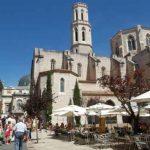 Plaza de la Iglesia en el casco antiguo de Figueres, Costa Brava