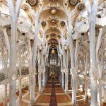 Interior Templo de la Sagrada Familia de antoni Gaudí en Barcelona