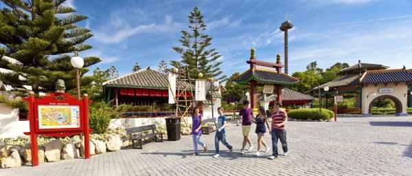 China, plaza imperial con restaurantes económicos de Port Aventura